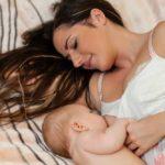 maman allaite bebe allongee