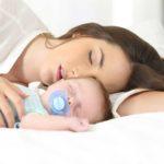 maman dort avec bebe