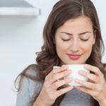 femme tasse boisson chaude détente